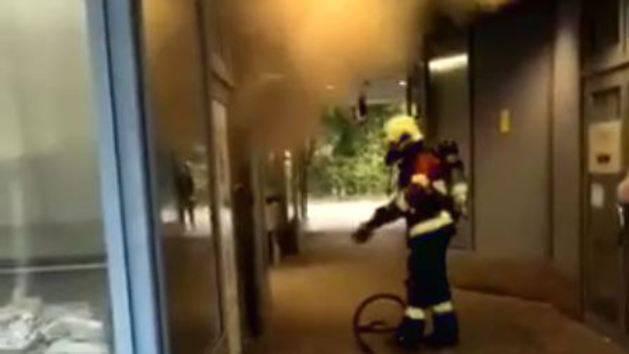 Die Feuerwehr löscht einen Brand beim Aarauer Bahnhof (3. Oktober 2018)