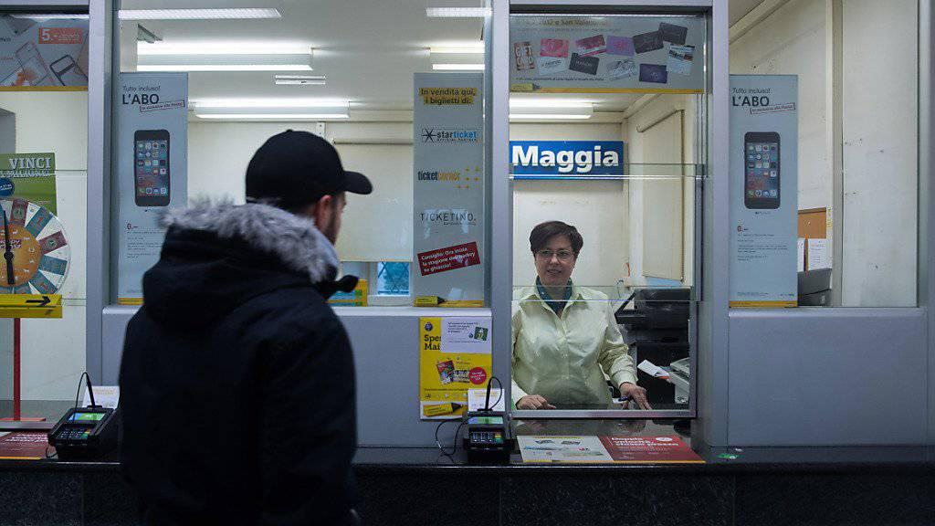 Die Post steht wegen Poststellenschliessungen oft in der Kritik - doch der Bund attestiert dem Gelben Riesen eine gute Leistung bei der Erreichbarkeit von Zahlungsverkehrs-Dienstleistungen. (Archivbild)