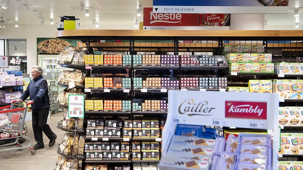 Nestlé-Produkte in einem Supermarkt. Nach einem Unfall in einer Fabrik musste der Konzern eine Busse bezahlen (Symbolbild).