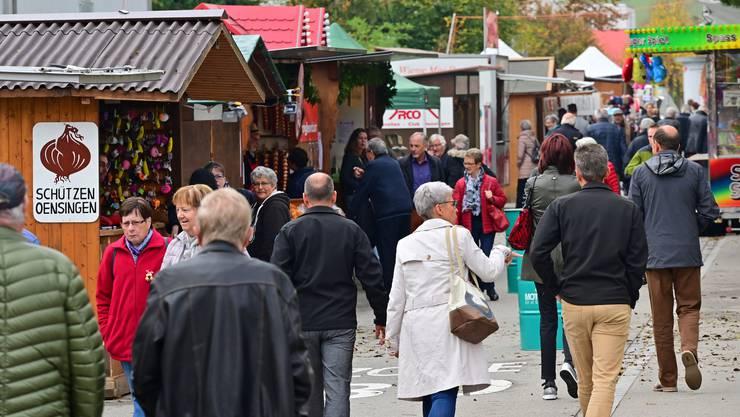Noch bis am Sonntagabend lockt im Unterdorf und zum zweiten Mal auch auf dem neuen Marktgelände mit Zeughausstrasse und Mühlefeldstrasse der Zibelimäret nach Oensingen.Der Markt, bei dem die Zwiebeln längers desto mehr nur noch den Namen prägen und weniger die Stände, wird in diesem Jahr zum 52. Mal ausgetragen.
