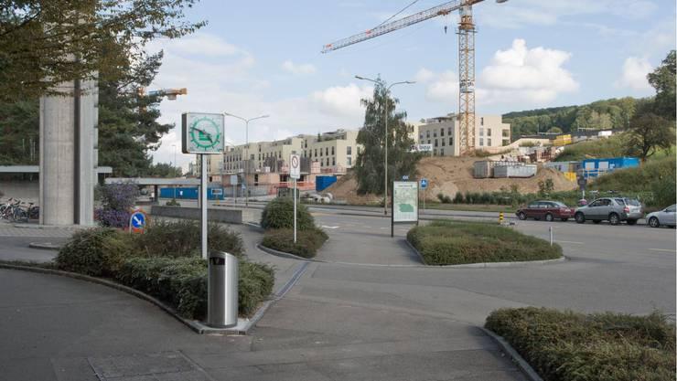 2005 waren die Mehrfamilienhäuser vis-à-vis dem Spital Limmattal kurz vor der Fertigstellung. Heute hat sich die Baustelle auf die andere Strassenseite verlagert. Auf dem letzten Foto sind die Absperrungen zum Spitalneubau «LimmiViva» zu sehen.