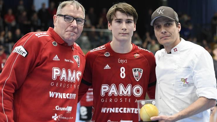 Präsident Rene Zehnder (links) gratuliert an seinem 63. Geburtstag seinem Sohn Manuel Zehnder (Mitte) zur Wahl zum besten Spieler.