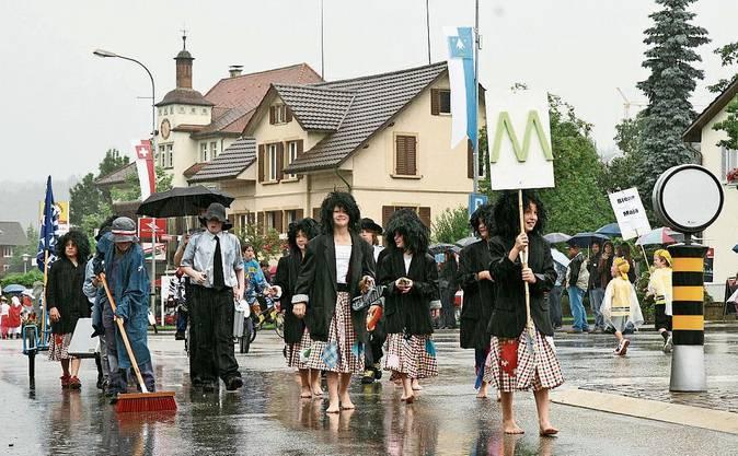 Barfuss im Regen: der Jugendfestumzug 2009.