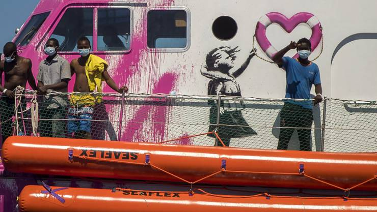 dpatopbilder - Ein Junge an Bord der «Louise Michel», das von Banksy finanziert wird, winkt. Foto: Santi Palacios/AP/dpa