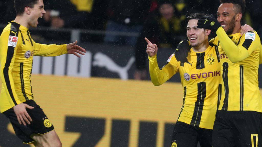 Der Dortmunder Pierre-Emerick Aubameyang (r.) jubelt über seinen Treffer zum 1:0 mit seinen Teamkameraden Raphael Guerreiro(M.) und Marc Bartra (l.). (Archiv)