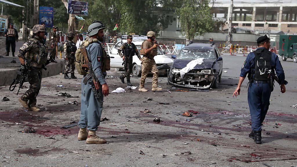 Afghanische Sicherheitskräfte am Tatort eines Selbstmordanschlags in der Provinz Nangarhar.