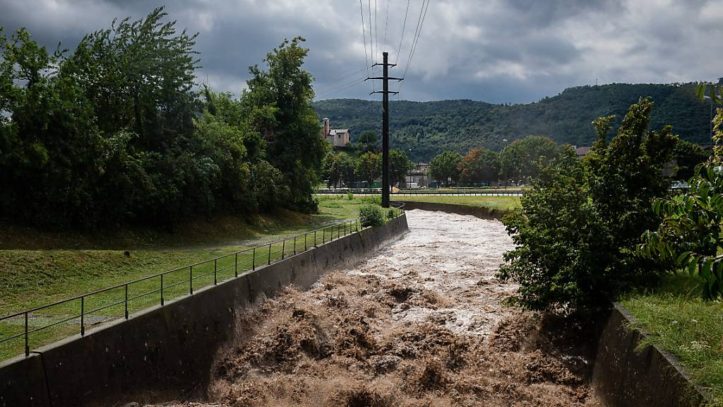 Im Tessin hat es in der Nacht auf Sonntag erneut kräftig geregnet. Die Flüsse führen viel Wasser. (Archivbild)