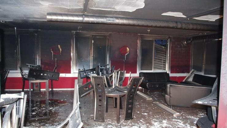 An der Allmendstrasse in Villmergen brannte es in der neu eröffneten Bar Dardani, welche in einem Bürogebäude eingemietet war. Es dürfte einen Totalschaden gegeben haben.