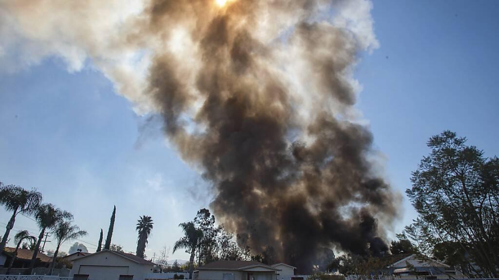 Rauch steigt nach einer großen Explosion von Feuerwerkskörpern auf.  Bei der großen Explosion in Kalifornien sind mindestens zwei Menschen ums Leben gekommen. Foto: Watchara Phomicinda/The Orange County Register/AP/dpa - ACHTUNG: Nur zur redaktionellen Verwendung und nur mit vollständiger Nennung des vorstehenden Credits