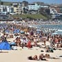Viele Hitzegeplagte suchen Abkühlung im Meer: der auch bei Touristen beliebte Stadtstrand Bondi Beach in Sydney.