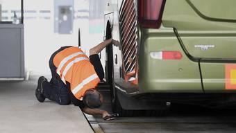 Zürcher Stadtpolizisten haben über Ostern rund ein Dutzend Reisebusse sowie Lenkerinnen und Lenker kontrolliert und über 30 Verzeigungen ausgesprochen. (Symbolbild)