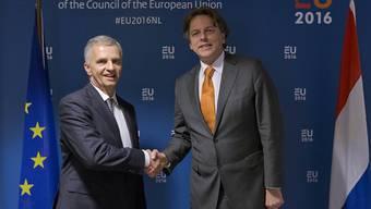 Aussenminister Didier Burkhalter und sein niederländischer Amtskollege Bert Koenders  (rechts) trafen sich zu Gesprächen in Den Haag. Die Niederlande haben für sechs Monate den Vorsitz innerhalb der EU.