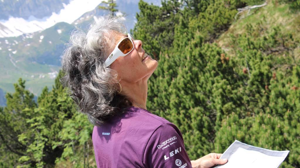 Bergführerin Rita Christen schaut nach dem Weg.