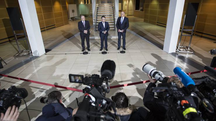 Union und SPD haben am Sonntag noch keinen Koalitionsvertrag vereinbaren können.  SPD-Chef Martin Schulz betonte, dass sich seine Partei nicht unter Zeitdruck setzen lassen wolle. Hier die Partei-Vertreter an der Pressekonferenz.