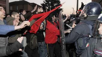 Demonstranten im italienischen Arcore protestieren gegen Berlusconi