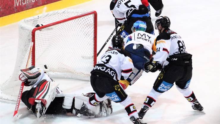 ie Basler Defensive kann das 0:1 durch Dübendorfs Topskorer Steven Widmer (M.) nicht verhindern.