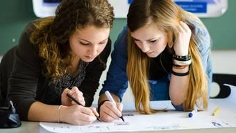 Privatschüler müssen eine Aufnahmeprüfung ablegen, wollen sie ans Gymi. (Themenbild)