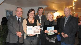 Die Redaktoren (v.r.) Peter Brotschi, Barbara Pestalozzi, Thomas Schärli und Angela Kummer mit Stadtpräsident Boris Banga.