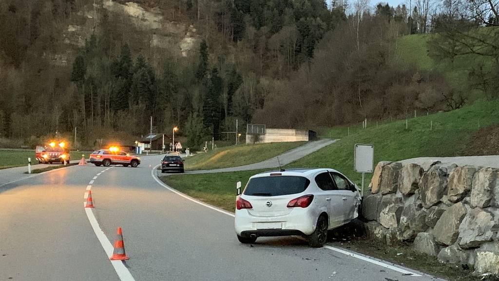Auto prallt in Steinmauer – Fahrer verletzt
