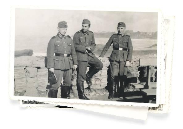 Karl-Heinz Mayer (Mitte) als Soldat im Dienst der Nazis. Aufgenommen im französischen Biarritz 1940.