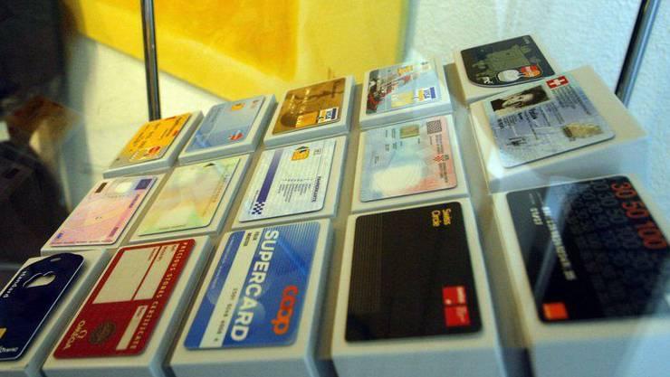 Die Trüb AG stellt die Schweizer ID sowie diverse Kreditkarten her. (Archiv)
