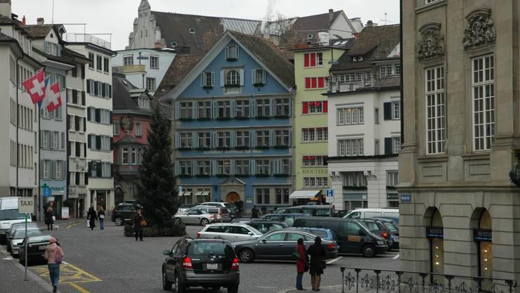 Umbauplan: Der Münsterhof soll einerseits von den Autos befreit werden, andererseits will man ihn gesamthaft neu gestalten. (Matthias Scharrer)