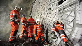 Mineure an der Tunnelbohrmaschine: In der Röhre herrschten Temperaturen von bis zu 46 Grad Celsius. Urs Flüeler/Keystone