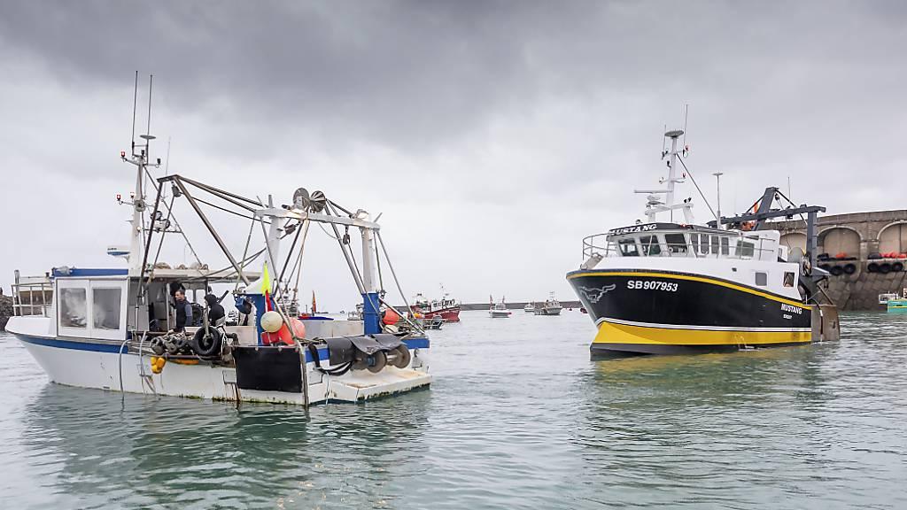 Französische Fischerboote blockieren Hafen von Kanalinsel Jersey