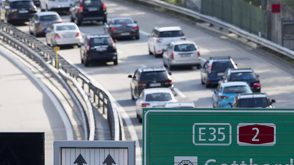 Der Verkehr auf Schiene und Strasse in der Schweiz nimmt von Jahr zu Jahr zu. (Symbolbild)