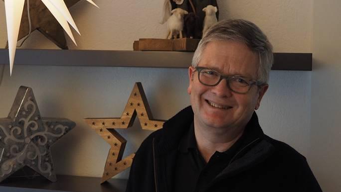«Jeder kann nun seinen Weg weitergehen»: Johannes Siebenmann vor der Weihnachtsdekoration im Pfarrhaus in Gipf-Oberfrick, wo er noch bis im April wohnt.