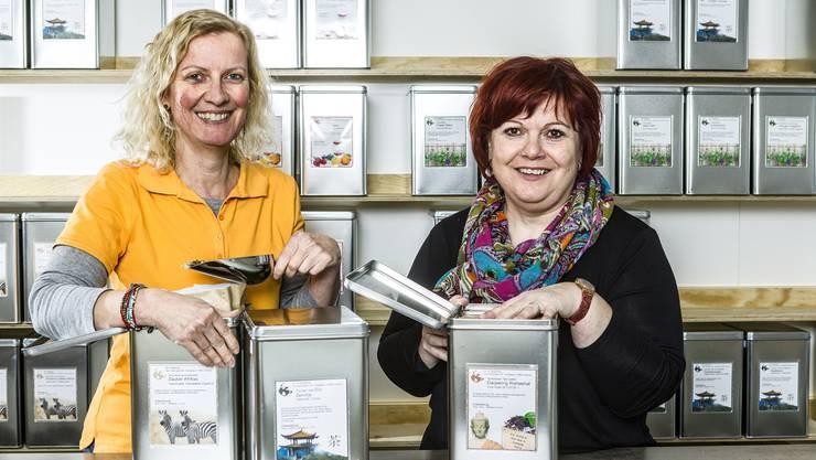 Am Samstag geht der Laden auf: Bei Sonja Hofstetter (links) und Christine Erne steigt aus jeder Teebüchse ein anderer Duft.