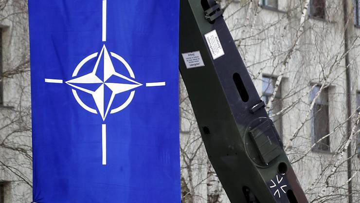 Die Flagge der NATO: Das Verteidigungsbündnis soll ein Lage- und Koordinierungszentrum in Neapel aufbauen.