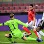 Der Schweizer Doppeltorschütze Mario Gavranovic scheitert in dieser Szene am deutschen Torhüter Manuel Neuer