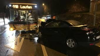 Bei einer Frontalkollision zwischen einem Postauto und einem Personenwagen haben sich in Liesberg BL sechs Personen Verletzungen zugezogen.