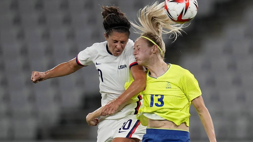 Erste Überraschung bei den Olympischen Spielen in Tokio: Schwedens Fussballerinnen (li. Amanda Ilestedt) bezwingen zum Auftakt der Gruppenphase die USA (Carli Llyod) gleich mit 3:0