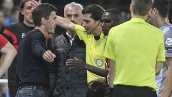 FC-Aarau-Trainer Marinko Jurendic (l.) wird von Schiedsrichter Pascal Erlachner auf die Tribüne verbannt.
