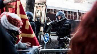Die Polizei ging gegen die unbewilligte Demonstration am Samstag mit Gummischrot vor.Roland Schmid