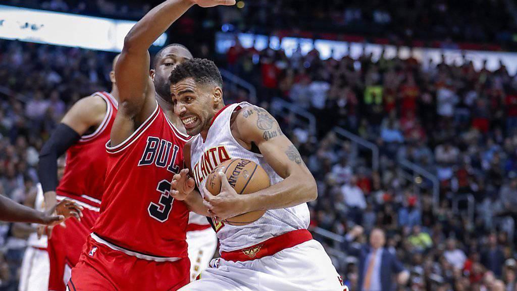 Thabo Sefolosha tankt sich durch die Abwehr der Chicago Bulls