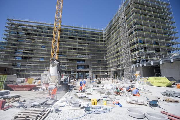 Im August soll das Luxusresort, das von Investoren aus Katar für 550 Millionen Franken renoviert wird, hoch über dem Vierwaldstättersee seine Türen für zahlende Gäste öffnen.