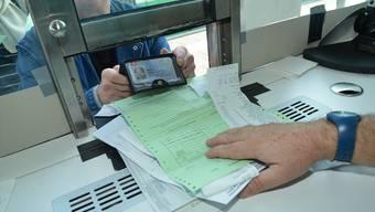 Stempeln, bitte! Wer seinen Einkauf an der Grenze abstempeln lässt, bekommt im Geschäft die 7 respektive 19 Prozent Mehrwertsteuer zurück.