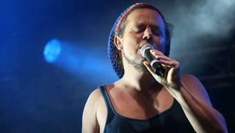 Der Reggae-Musiker Famara bei einem Auftritt