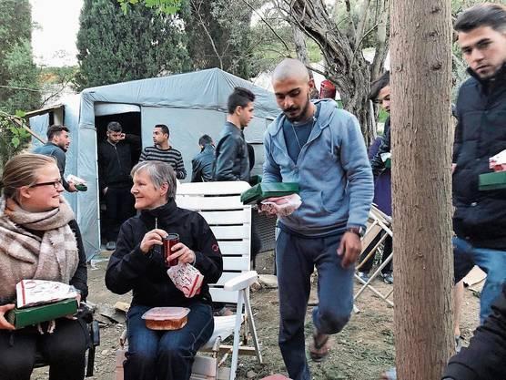 Zum Abschied besorgt Cécile Gretler (2. v. links) Poulet vom Take-away für 24 Flüchtlinge – ein «Festessen».