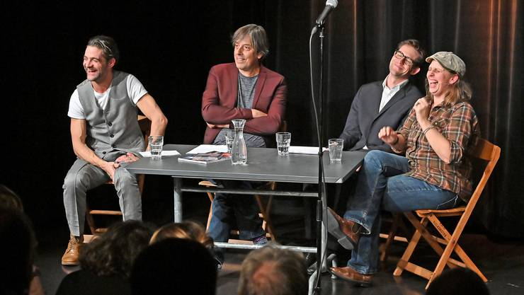 Am Donnerstagabend starteten Strohmann-Kauz mit «Palaver» ein neues Projekt. Auf dem Bild, von links: Rhaban Straumann, Pedro Lenz, Matthias Kunz und Olga Tucek beim «Palavern».