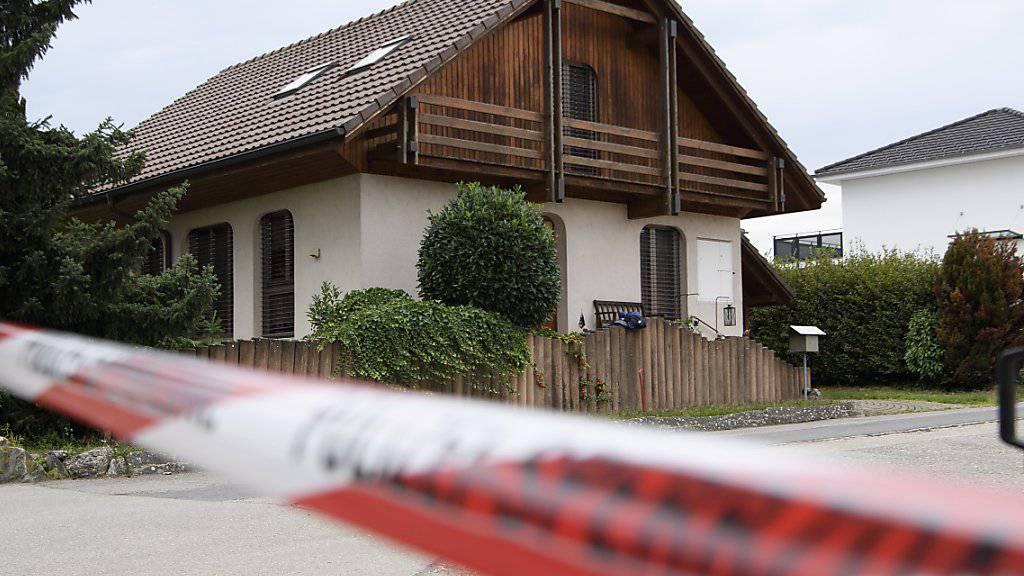 Die Polizei hat am Freitag den gesuchten Bewohner eines Hauses im bernischen Finsterhennen bei der Liegenschaft angetroffen.