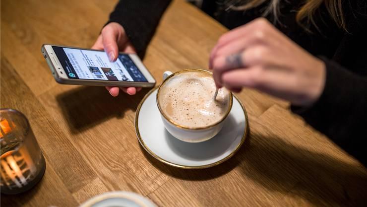 Die Mobilfunknutzung nimmt zu – auch beim Kaffeetrinken wird das Smartphone genutzt. (Symbolbild)