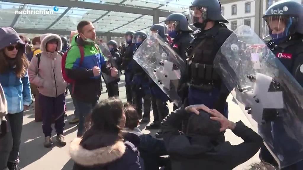 Tausende an Corona-Demo in Bern und Liestal