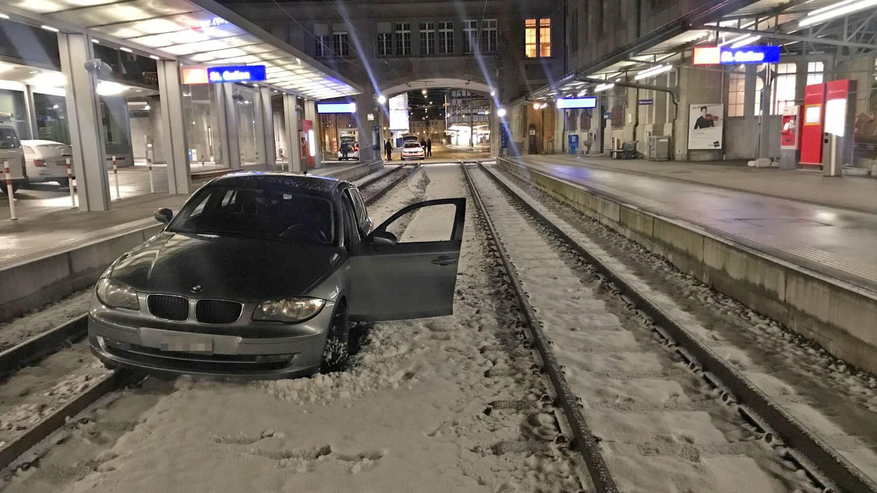 Mann fährt in Gaiserbahnhof