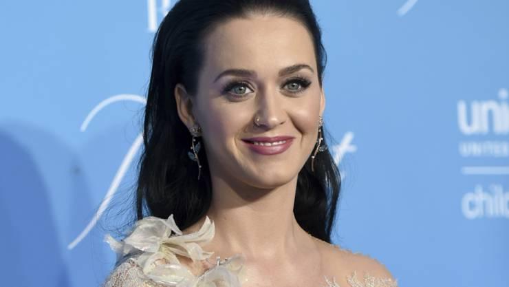 Katy Perry am Dienstag am UNICEF Snowflake Ball , wo sie den Audrey-Hepburn-Award erhielt und von Hillary Clinton beglückwünscht wurde.