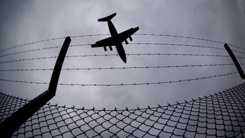 Für den Transport von Kriegsmaterial mit zivilen Flugzeugen über die Schweiz gelten künftig weniger strengere Regeln. (Symbolbild)