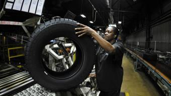 Arbeiterin prüft Reifen in Michelin-Fabrik in den USA (Archiv)